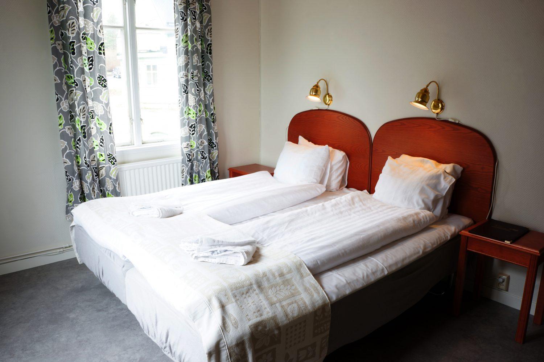 sovrum med dubbelsäng med en varm gul känsla för familjer